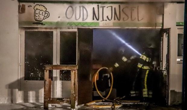 Het café brandde van binnen uit. De oorzaak is nog onbekend.   | Fotonummer: 4968a7