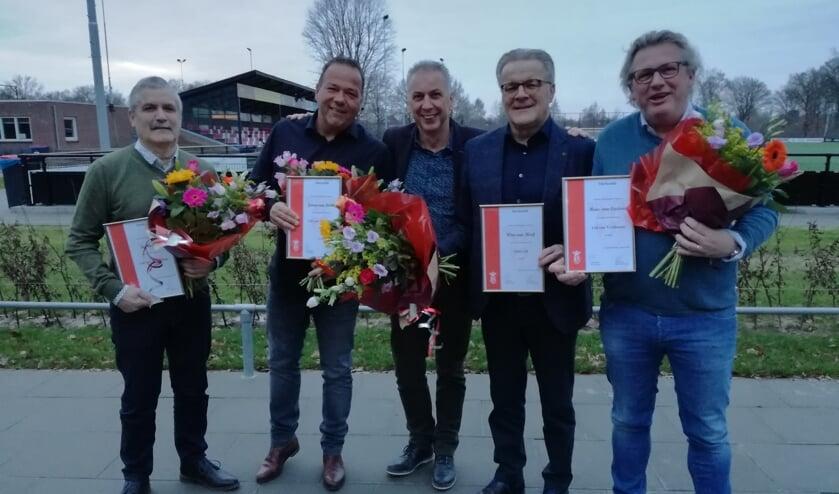 vlnr: Leo Asveld (lid van verdienste), Jeroen van Door (lid van verdienste), Ad van Acht (voorzitter), Wim van Meijl (erelid) en Hans van Casteren (lid van verdienste).   | Fotonummer: ff5ed1