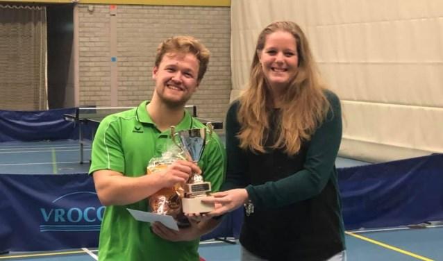 Uit handen van Tamara Konings krijgt Menno van Os de eerste prijs.   | Fotonummer: 77851a