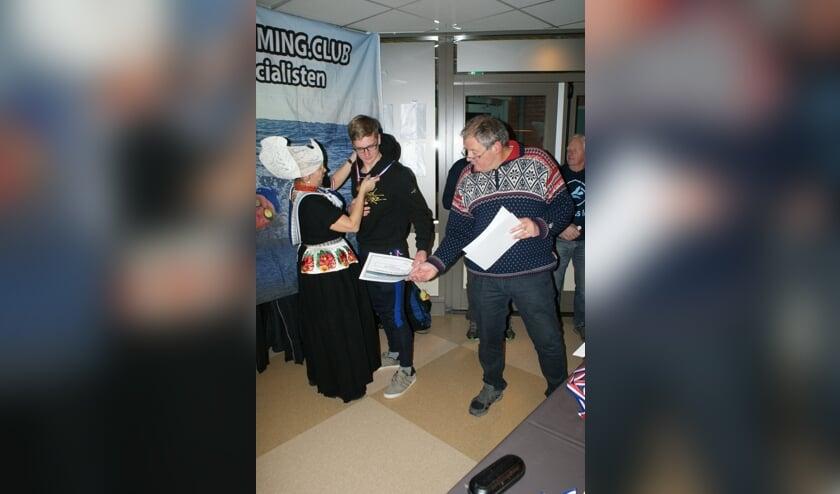 Roel krijgt 'op zijn Volendams' de prijs uitgereikt.     Fotonummer: bcebc5