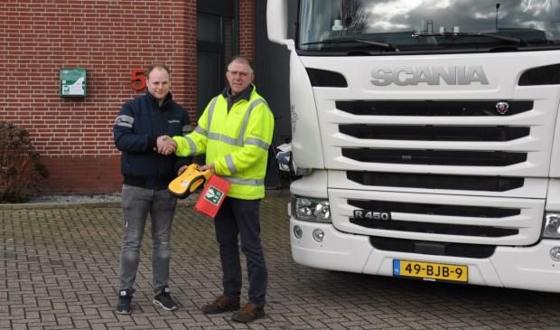 Erwin Kraaijvanger neemt de AED over van Toin Lathouwers.  | Fotonummer: c18433