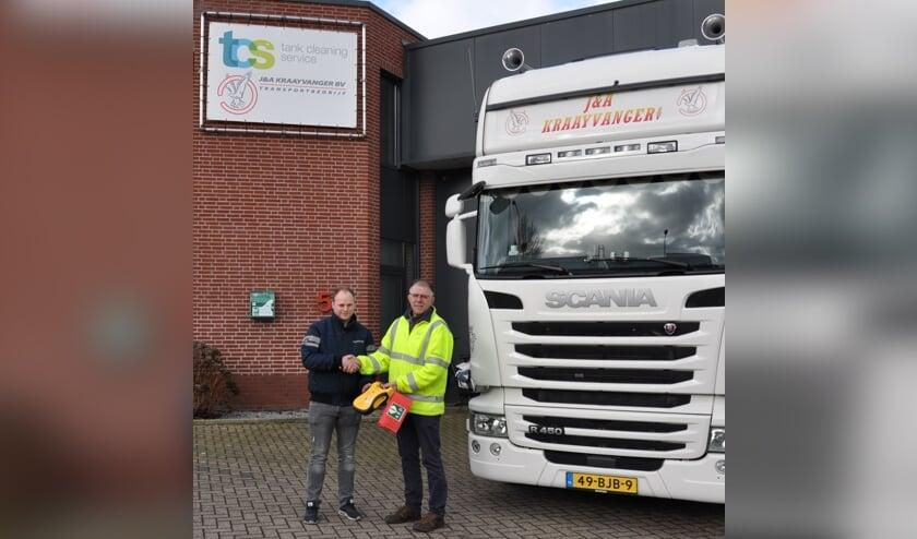 Erwin Kraaijvanger neemt de AED over van Toin Lathouwers.     Fotonummer: c18433