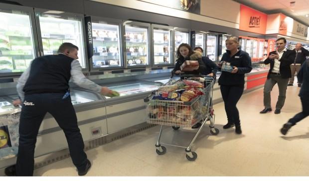Deze mevrouw mocht meteen aan de bak, ze won een minuut gratis winkelen!  | Fotonummer: cb5424