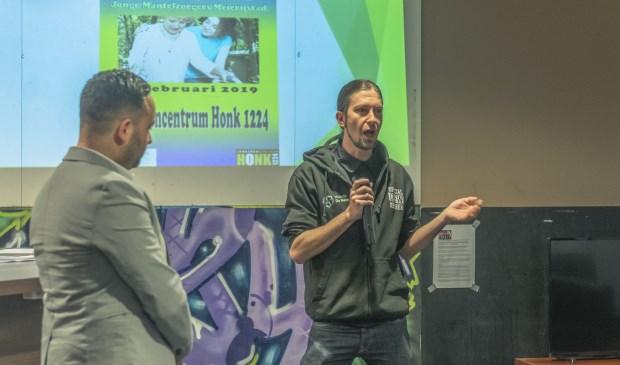 Ayoub Aabakrimi (l) en Jack Elbers geven een presentatie in jeugdhonk 1224.  | Fotonummer: 2c95b4