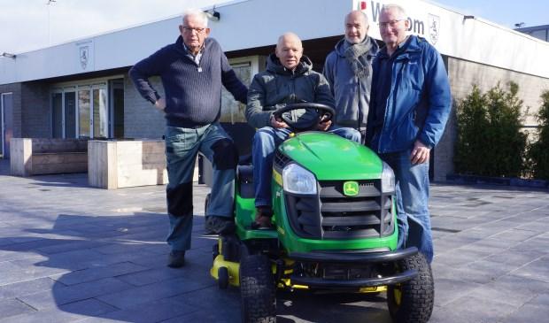 De opruimploeg van MHC. v.l.n.r.: Theo van de Loo, Theo van de Loo, Bert van 't Hof en René Touw. Ad van der Heijden ontbreekt op de foto.  | Fotonummer: 59a59f
