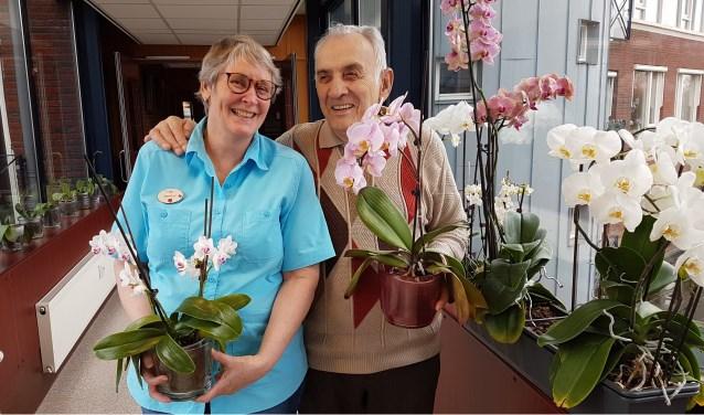 Berdie en Piet tonen trots enkele van hun bloemen.    Fotonummer: 244bb7