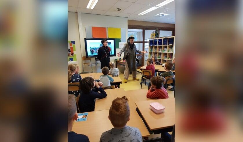 Bijzonder bezoek in de schoolklas.     Fotonummer: d6a15f