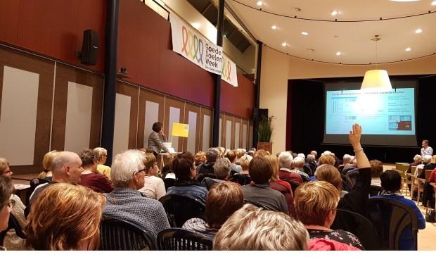Een volle zaal met vrijwilligers.  | Fotonummer: 4070b0