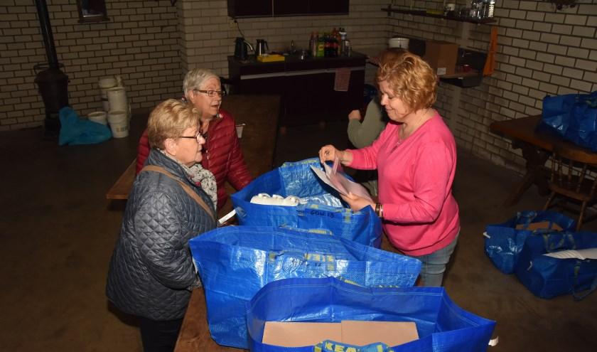 Afgelopen zaterdag werden de pakketten aan de wijkhoofden uitgereikt     Fotonummer: 45de84