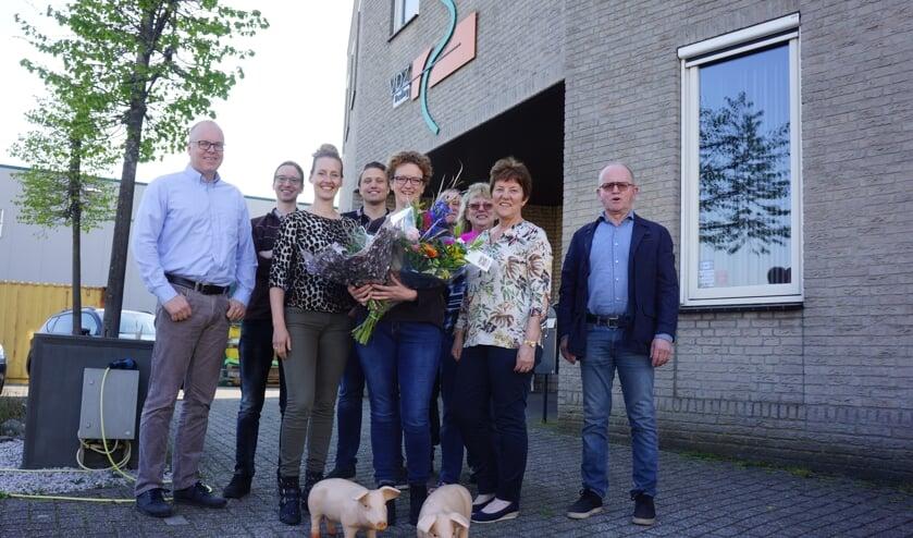Ingeborg straalt hier met haar collega's. Eigenaar Roel staat er niet bij door een zakenreis.   | Fotonummer: 0dce63