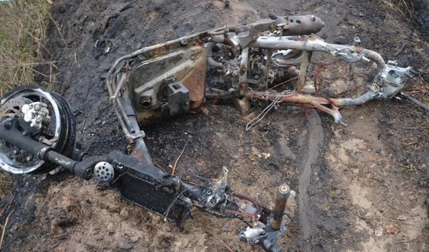 De scooter brandde volledig af.   | Fotonummer: 6657a2