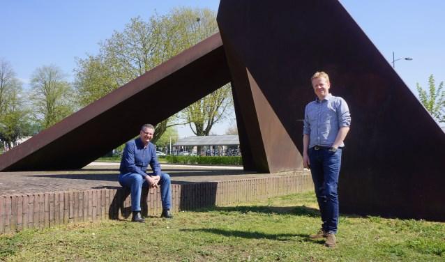 Erik Tausch en Arno van Alebeek achter het gemeentehuis.     Fotonummer: 553692