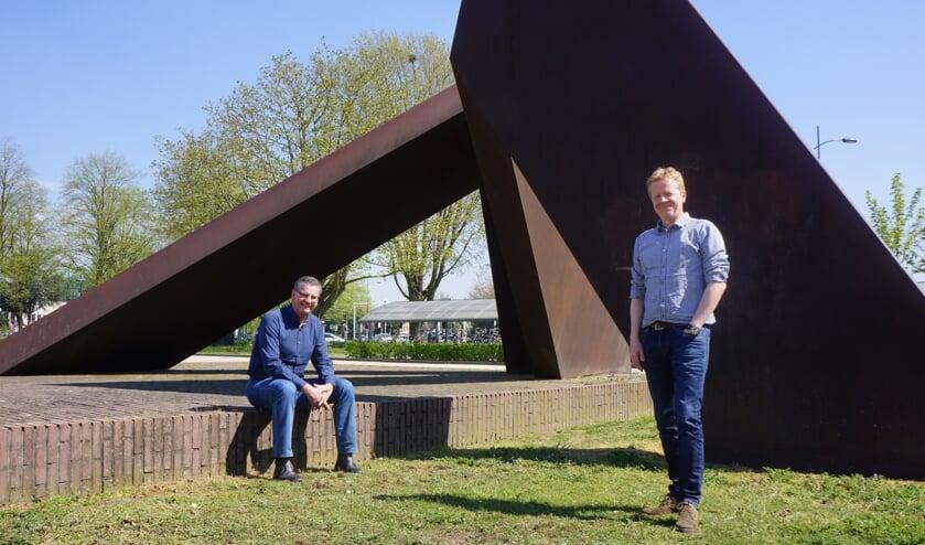 Erik Tausch en Arno van Alebeek achter het gemeentehuis.   | Fotonummer: 553692