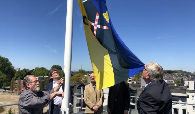De nieuwe vlag wordt gehesen.     Fotonummer: a0e4b1