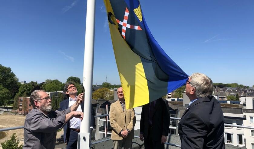 De nieuwe vlag wordt gehesen.   | Fotonummer: a0e4b1