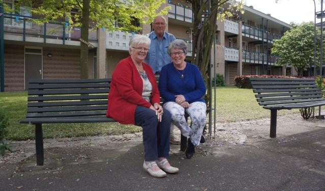 v.l.n.r.: Mien, Jan en Mariet op de binnenplaats.   | Fotonummer: 15c3e6