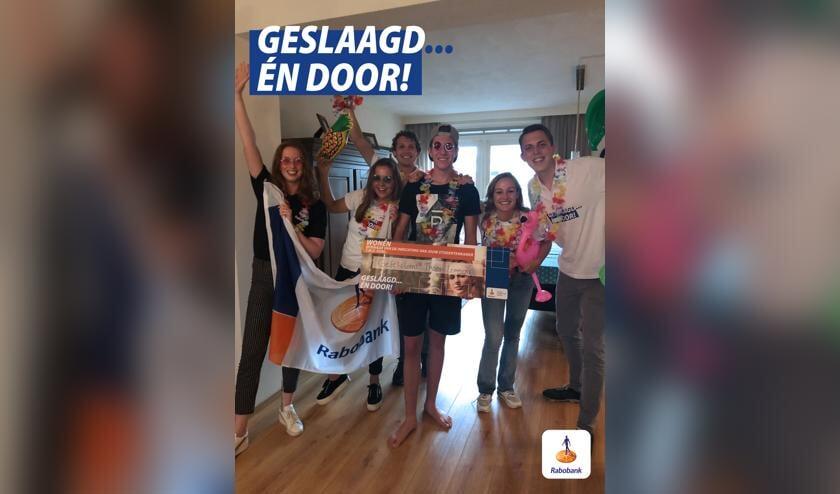 Het Rabobank/Soapbox-felicitatieteam reikt Thomas Lemmens zijn cheque t.w.v. 500 uit voor de inrichting van zijn (studenten)kamer.   | Fotonummer: a98805