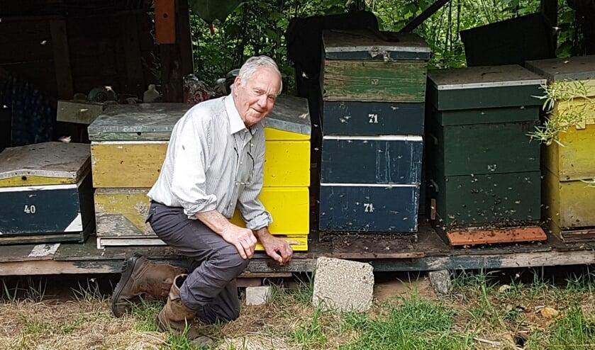 Fried bij zijn bijenkasten.     Fotonummer: c9e43f