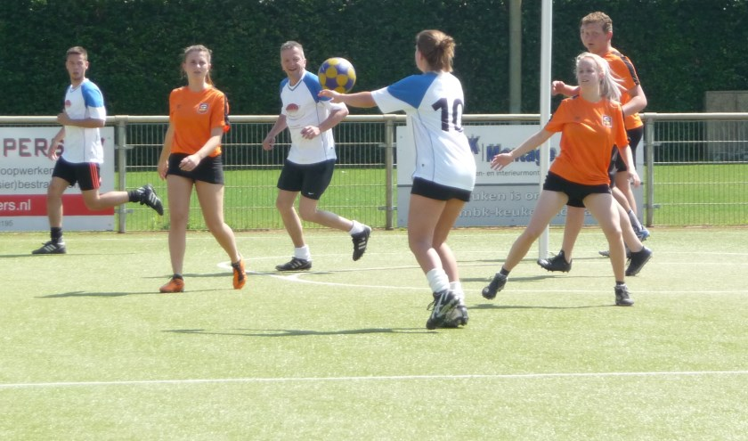 Met plezier werken de teams de wedstrijden af...   | Fotonummer: d700d3