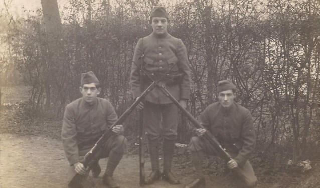 Gerard Wijn is de soldaat rechts op de foto.     Fotonummer: 453a45