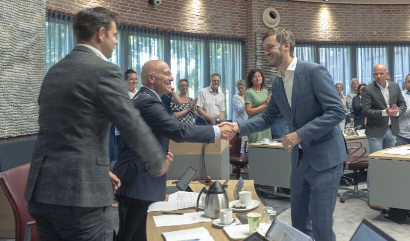 Burgemeester Van Rooij schudt Compagne de hand.   | Fotonummer: dc4f7a