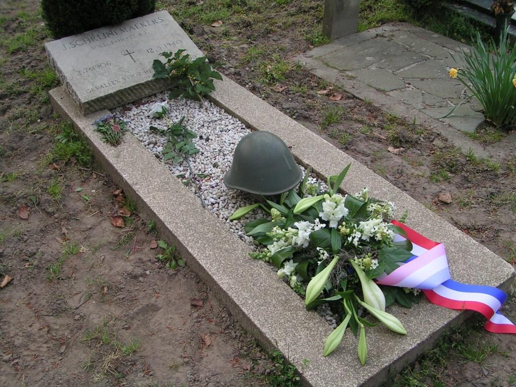 Het graf van Schrijnemaekers  © MooiRooi