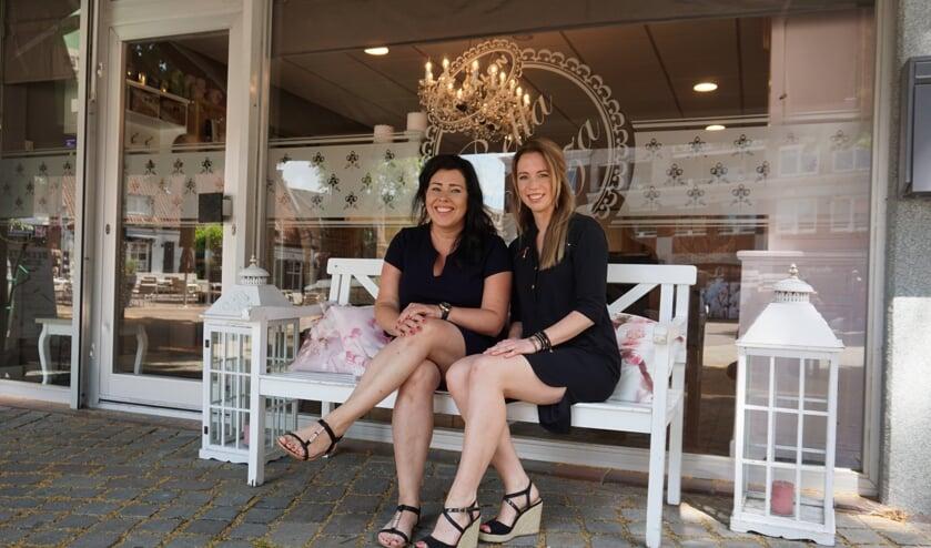 Marlies en Femke (r) voor de salon Bella Plaza.   | Fotonummer: 68eedb