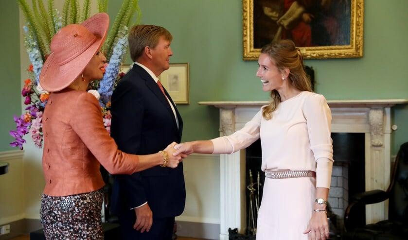 Marit schudt de hand van Koningin Maxima.    | Fotonummer: e75783