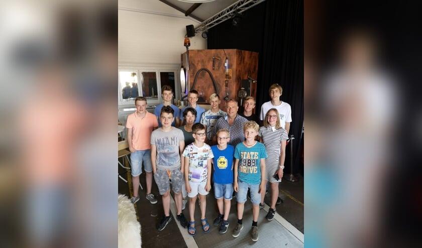 Francy van Doorn en Gijs van der Wilt samen met de FLL- en FTC-leden van Neobots   | Fotonummer: d587f3