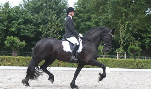 Inge met haar paard Cora.     Fotonummer: edd2e0