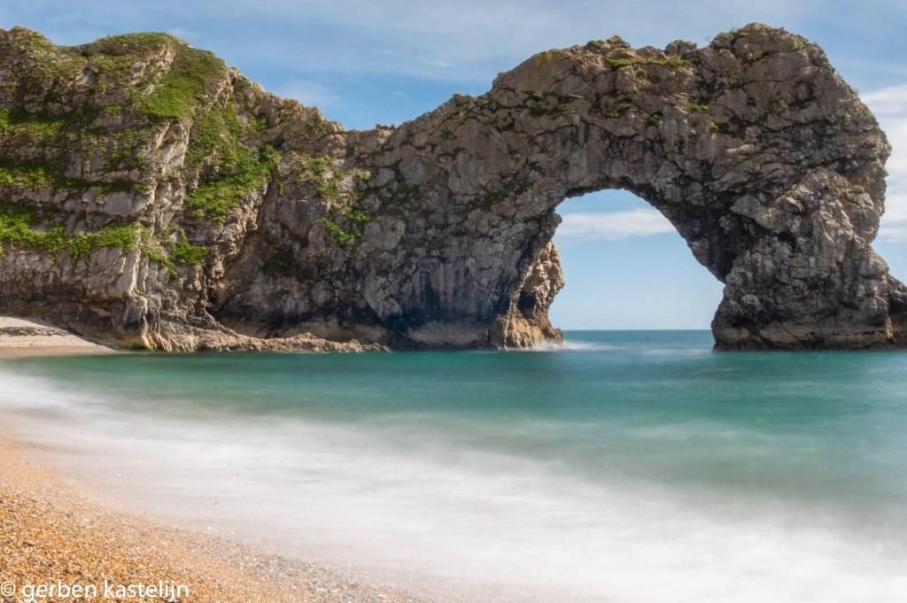 Dit natuurverschijnsel kwamen we tegen in Dorset Engeland in de plaats Lulworth deze deur noemen ze daar Durdle Door. Gerben en Renata.  © MooiRooi