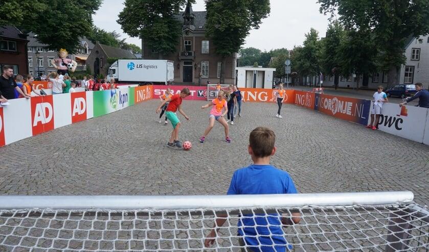 Op de kinderkoppen van de Markt is het soms lastig voetballen.   | Fotonummer: 72b99b