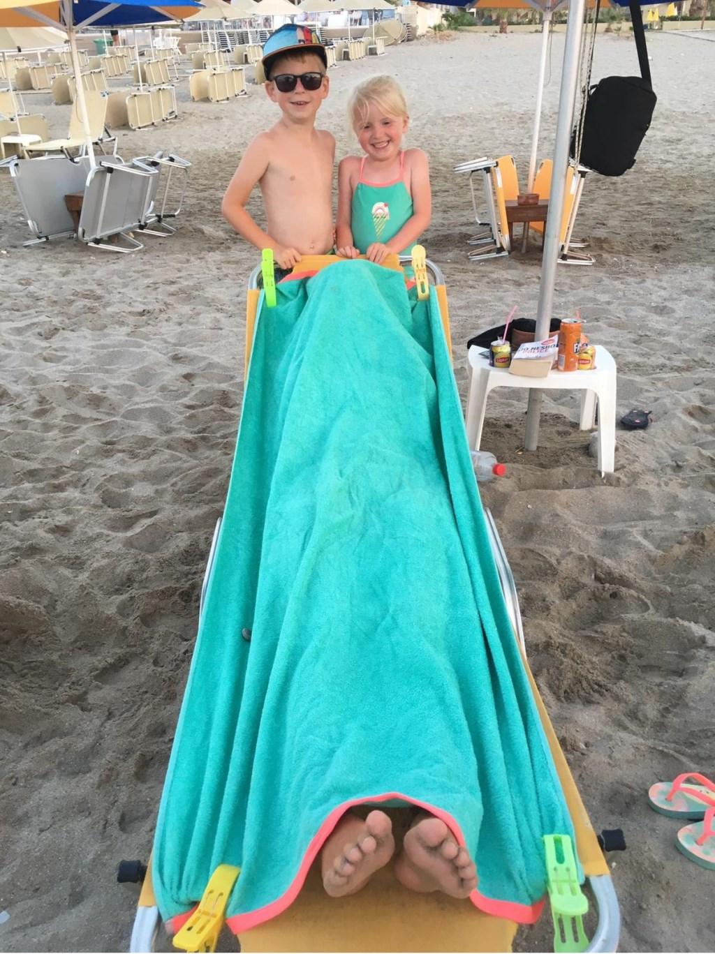 Verstoppertje spelen op het strand in Kreta. Senn, Nine en ??  © MooiRooi