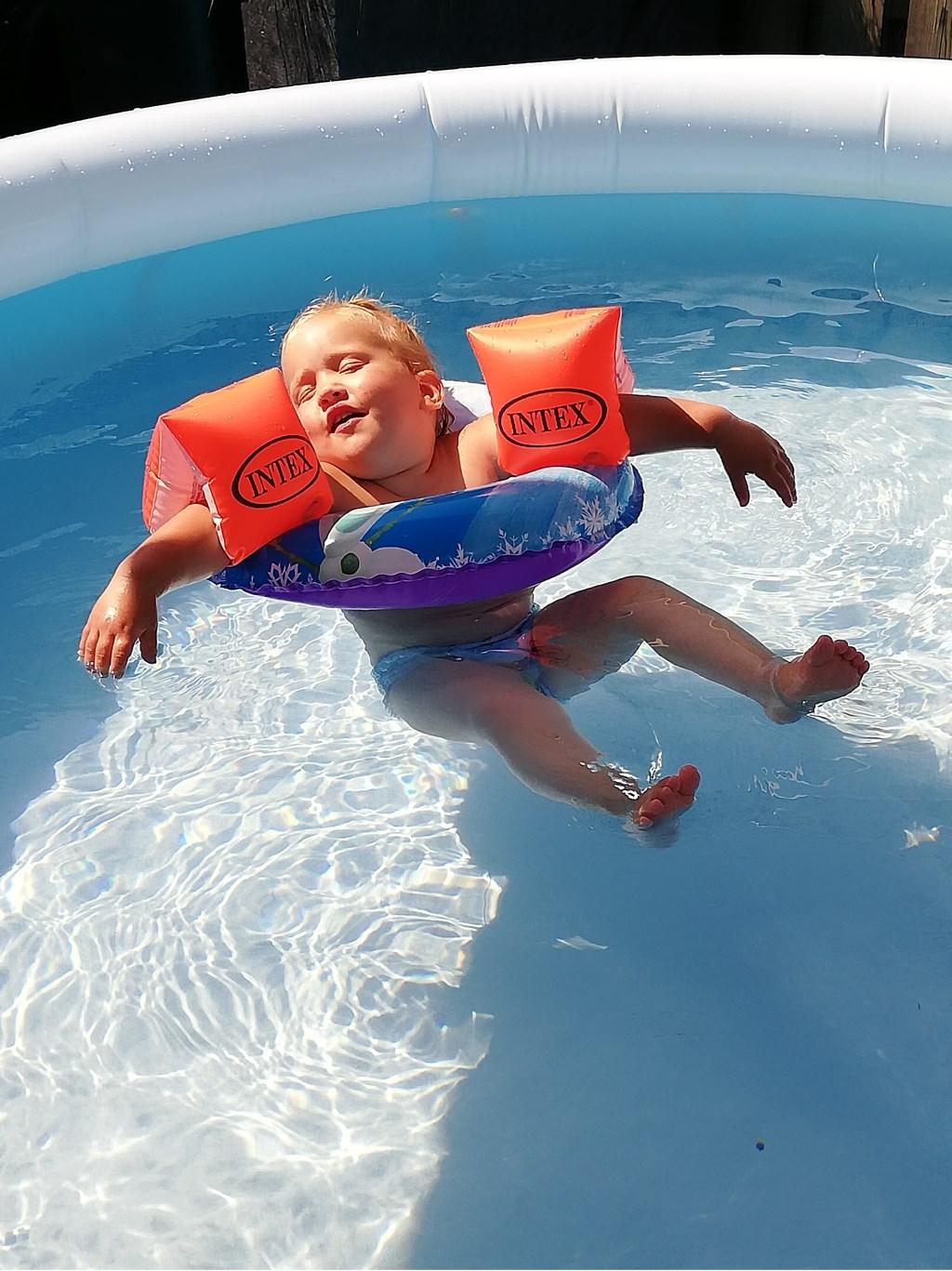 Lotte aan het chillen in het zwembad. Familie Doeleman  © MooiRooi