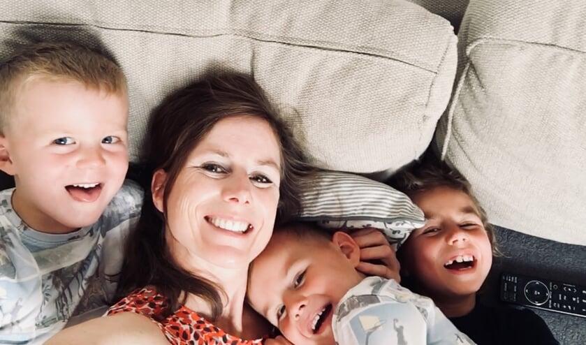 Janneke met haar drie kinderen op de foto.   | Fotonummer: bc1879