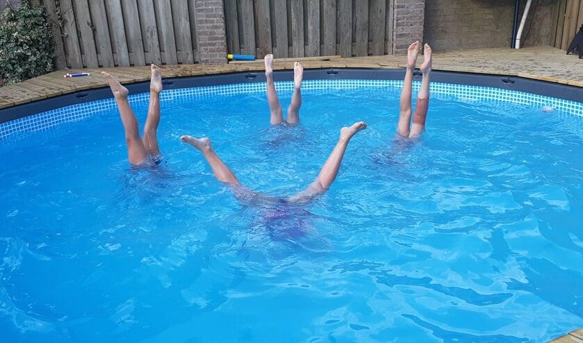 Vier basisschoolvriendinnetjes Lieke, Maud, Rowan en Kyara starten de vakantie op de kop. Foto: Shirley vd Velden    | Fotonummer: b0e8f9