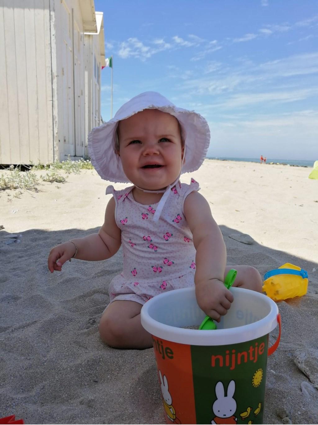 Veerles eerste vakantie en eerste keer spelen op het strand. Foto genomen in Normandië  © MooiRooi