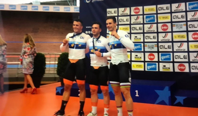 Koen is de jongeman in het midden. Rechts naast heem staat wereldkampioen Harrie Lavreysen   | Fotonummer: 0a2e86