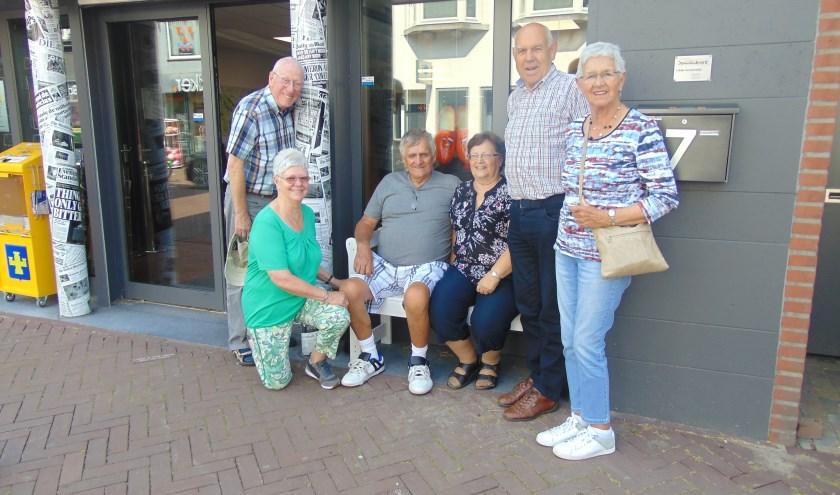 Met de familie op 't Buurtbenkske.     Fotonummer: 2cda6b
