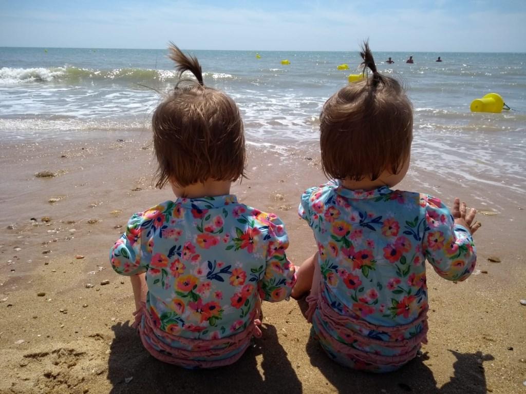 Onze tweeling op het strand van Vendée. Kim van Uden  © MooiRooi