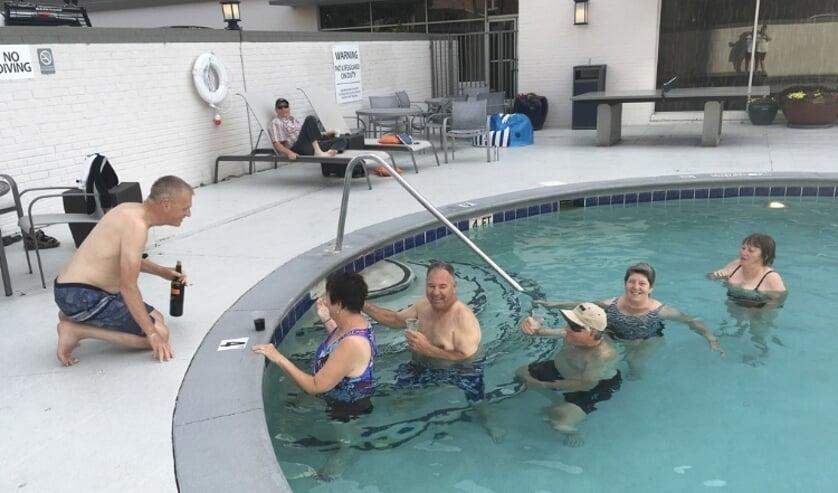 In het zwembad in Nashville in de rij voor een drankje van de pool-man.   | Fotonummer: 5a0dd8