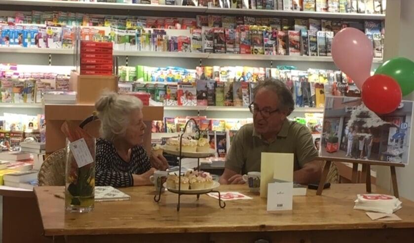 Pieter aan tafel met een van zijn vaste klanten.     Fotonummer: 596269