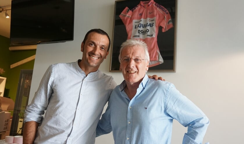Basso met Ad bij zijn roze trui die hij ooit aan Ad heeft geschonken.   | Fotonummer: ec8e5a