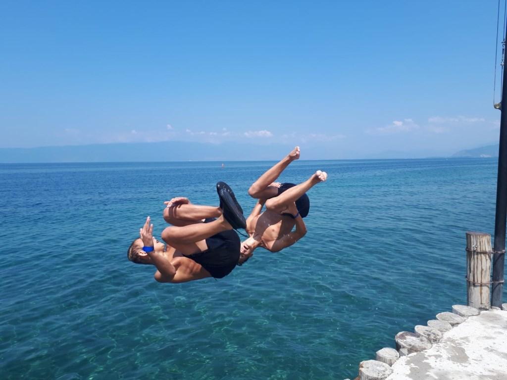 Teun en Coen bij het meer van Ohrid in Macedonië.  © MooiRooi