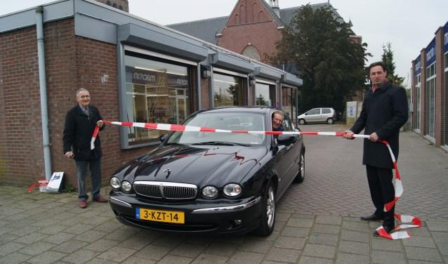 Wethouder Hans de Waal opende de parkeerplaats Raadhuispassage met door een lint te rijden.