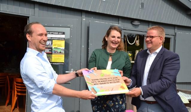 Wethouders Patrick van der Velden (rechts) en Petra Lepolder geven de kick-off samen met een afgevaardigde van ontwerp- en tekenbureau Peerdrops.