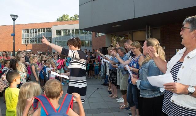 Zingen van het 'Eerste schooldag lied' op basisschool de Dobbelsteen.