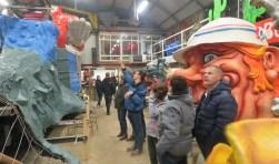 Tijdens de open dag geven De Leutige Bouwers uitleg over de creatie die binnenkort in carnavalsoptochten prijkt.