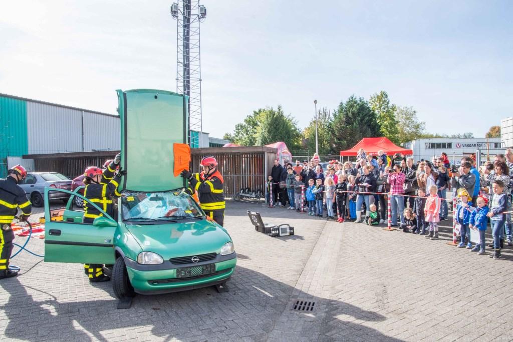 Applaus als de Halsterse brandweer het dak van de auto knipt en de bestuurder bevrijdt!  © Minerve Pers