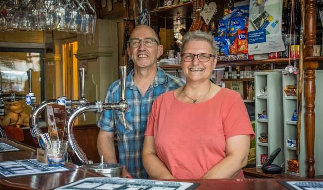 René en Diana Rens hebben altijd visite in café zaal Tivoli.
